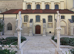 Limestone statues of St. Kinga (also known as Kunigunda) and St. Hedvig (Jadwiga of Poland) - Budapešť, Maďarsko