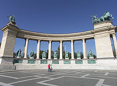 The left side colonnade (row of columns) on the Millenium Memorial monument - Budapešť, Maďarsko