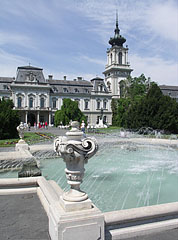 The garden of the baroque Festetics Palace with a fountain - Keszthely, Maďarsko