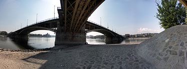 ××Margaret Island (Margit-sziget), Under the Margaret Bridge - Budapešť, Maďarsko