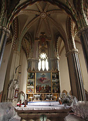 """The sanctuary and the main altar of the church, with the relic of St. Gerard or """"Szent Gellért"""" (on the bottom of the picture) - Budapešť, Maďarsko"""