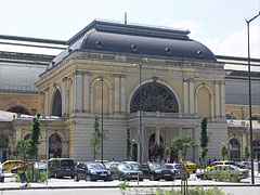 The north entrance of the Keleti Train Station, the departure lounge and ornate waiting hall from outside - Budapešť, Maďarsko