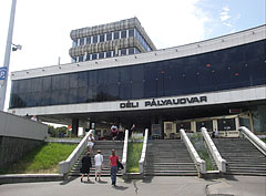The main facade of the Budapest-Déli Railway Terminal (the current main building was completed in 1975, designed by György Kővári Hungarian architect) - Budapešť, Maďarsko