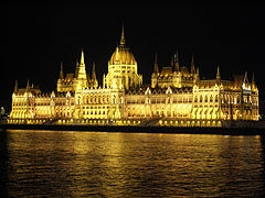 "The Hungarian Parliament Building (""Országház"") at night - Budapešť, Maďarsko"