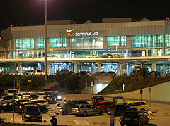 Budapest Liszt Ferenc Airport, Terminal 2B, viewed from the parking lot - Budapeşte, Macaristan