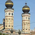 The octagonal twin towers of the Dohány Street Synagogue - Budapeşte, Macaristan
