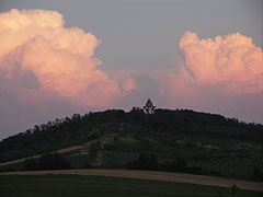 Looks like a volcano... (the sun has already gone down, and its reddish light can reach only the many kilometers high cumulus clouds) - Mogyoród, Ungaria