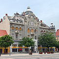 A secession style (or Art Nouveau) residental building on the main square (the former Savings Bank of Szombathely) - Szombathely, Ungaria
