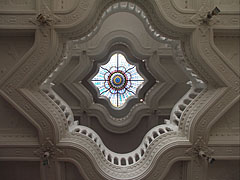 Looking up from the lobby to the additional floors and the stained glass skylight window on the rooftop - Budapeste, Hungria