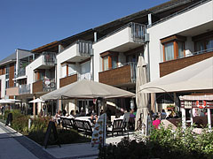 Restaurants and cafés, with the apartments of Hotel Silver Resort above - Balatonfüred, Hungría