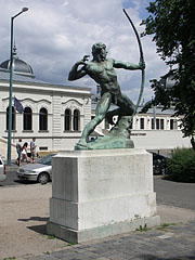 """Large bronze statue of an """"Archer"""" at the entrance of the City Park Ice Rink - Budapest, Hungría"""