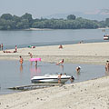 Many people bathing in the water of the Danube, which is here in the gravel deposit bays shallow, gently deepening and in the summertime warm as well - Dunakeszi, Hungría