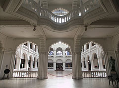 The lobby and the great hall (atrium) - Budapest, Hongrie