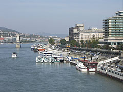 The riverside promenade by the Danube, viewed from the Elisabeth Bridge - Budapest, Hongrie