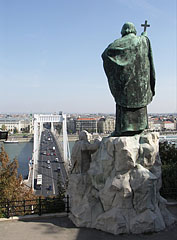 """Memorial statue of St. Gerard Sagredo bishop (""""Szent Gellért""""), the limestone figure in the composition symbolizes the pagans who killed him - Budapest, Hongrie"""