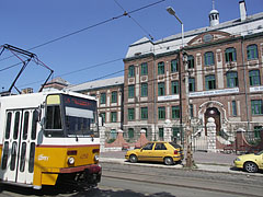 Yellow tram 14 in front of the bilingual secondary school - Budapest, Hongrie