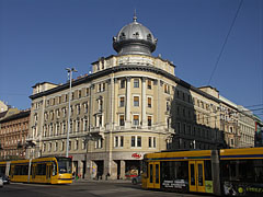 The onion-domed apartment building on the corner or the Grand Boulevard (former Erzsébetváros Branch of the First National Savings Association of Pest) - Budapest, Hongrie