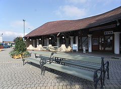 Benches in the square, behind them there is a Savings Bank branch in the shopping arcade - Fonyód, Madžarska