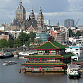 The Oosterdok (Eastern Dock) with the Sint Nicolaaskerk (church) ans the Sea Palace Asian Restaurant - Амстердам, Нидерланды