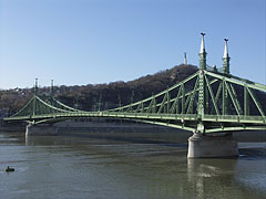 """The Liberty Bridge of Budapest (""""Szabadság híd"""") over the Danube River and in front of the Gellért Hill (""""Gellért-hegy"""") - Budapest, Ungarn"""