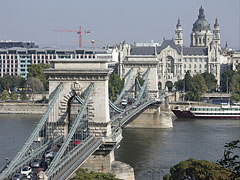 """The Széchenyi Chain Bridge (""""Lánchíd"""") over the Danube River, as well as the Gresham Palace and the dome of the St. Stephen's Basilica, viewed from the Buda Castle Hill - Budapest, Ungarn"""