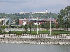 The Lágymányosi Bay, the Infopark office buildings and the Gellért Hill (including the Citadella fortress and the Liberty Statue), viewed from the Kopaszi Dike - Budapest, Ungarn