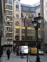Art Nouveau palace on the Fashion Street, on the picture between an ornamental sculpture on the Hotel Le Meridien and the Hotel Kempinski - Budapest, Ungarn