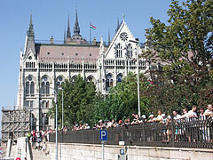 """Onlookers on the Danube bank at the southern side of the Hungarian Parliament Building (""""Országház"""") - Budapest, Ungarn"""