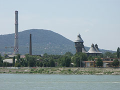 """The reinforced concrete chimney of the """"FŐTÁV"""" (Budapest District Heating Works Private Co. Ltd.) in Óbuda, as well as the industrial heritage towers of the former Óbuda Gasworks - Budapest, Ungarn"""