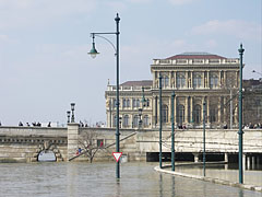 The Pest-side abutment of the Chain Bridge, and the headquarters building of the Hungarian Academy of Sciences (MTA) - Budapest, Ungarn