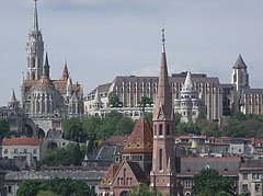"""The Matthias Church (""""Mátyás-templom"""") and the Fisherman's Bastion (""""Halászbástya""""), as well as the Hotel Hilton Budapest on the Buda Castle Hill, viewed from Pest - Budapest, Ungarn"""