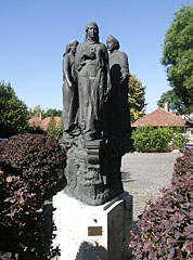 """Statue of """"the founders of the town"""", group of a nun, a citizen and a peasant girl - Cegléd (Zieglet), Ungarn"""