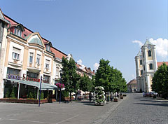The main square with the Kékes Restaurant on the left, and the St. Bartholomew's Church on the right - Gyöngyös, Ungarn