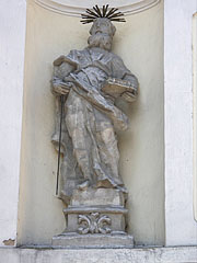 Stone statue of St. Paul on the wall of the church, there is a book and a sword in his hands - Jászberény, Ungarn