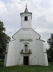 The entrance and the tower of the St. Stephen's Roman Catholic Church - Nagyvázsony (Großwaschon), Ungarn