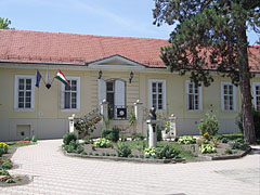 The neoclassical style Municipal Museum or Town Museum (former Cseh-Vigyázó Mansion and later Mádi Kovács Mansion) - Paks, Ungarn