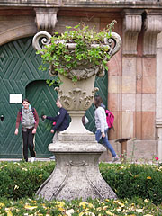 Stone vase in front of the mansion - Pécel, Ungarn