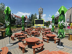 """The circular tables of the """"VB Terasz"""" brasserie (they were in the square on the occasion of the Soccer World Cup) - Siófok, Ungarn"""