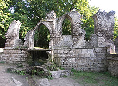 "Romantic false ruins in the English Park or English Garden (""Angolpark"" or ""Angolkert"") - Tata (Totis), Ungarn"