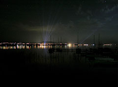 View to Balatonfüred at night, and berthed sailboats in the foreground of the picture - Tihany, Ungarn