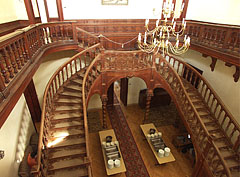 The wooden double grand staircase of the entrance hall, as seen from the upper floor - Tóalmás, Ungarn