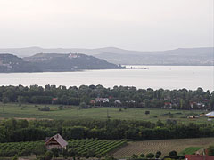 Looking from the Kőhegy Belvedere towards Szántód village on the southern lakeshore, as well as to the Tihany Peninsula - Zamárdi, Ungarn