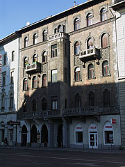 Five-story residental building in front of the Museum of Applied Arts, on the other side of the road - Budapest, Ungarn