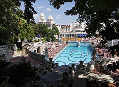 The terraced garden of the Gellért Bath with babbling fountain, as well as sight to the wave pool - Budapest, Ungarn