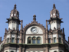 The pediment on the top of the Brudern Palace with small towers (turrets) and a clock - Boedapest, Hongarije