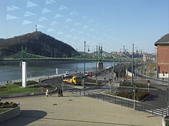 Looking through the glass wall of the Bálna at the Danube bank of Ferencváris district, the Szabadság Bridge (or Liberty Bridge) and the Gellért Hill - Boedapest, Hongarije