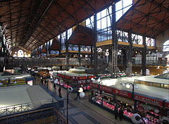 The giant covered hall of the market (which is the oldest and the largest indoor market in Budapest) - Boedapest, Hongarije