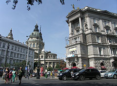 The Fonciére Palace (on the right) is the downtown end of the Andrássy Avenue (and the St. Stephen's Basilica can be seen in the distance) - Boedapest, Hongarije