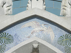 Mosaic picture with a white heron on the gate of the Main Entrance - Boedapest, Hongarije