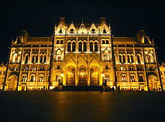 The night illumination of the neo-gothic (gothic revival) and eclectic style Hungarian Parliament Building - Boedapest, Hongarije